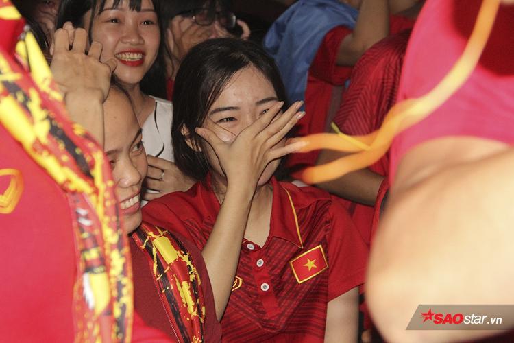 Những giây phút hồi hợp vì chờ đợi, lo lắng đã khiến một fan nữ xinh xắn trào nước mắt khi đội nhà có bàn san hòa cách biệt.