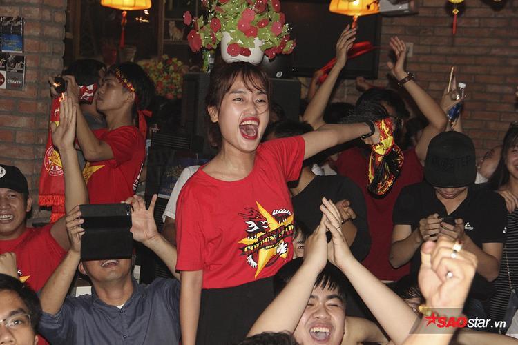 Những tưởng mọi chuyện đã chấm dứt với đội bóng áo đỏ thì chỉ 1 phút sau, Quang Hải tiếp tục đóng vai người hùng với bàn thắng thứ 2. Không thể nói hết sự nghẹn ngào, hạnh phúc của các fan Việt.