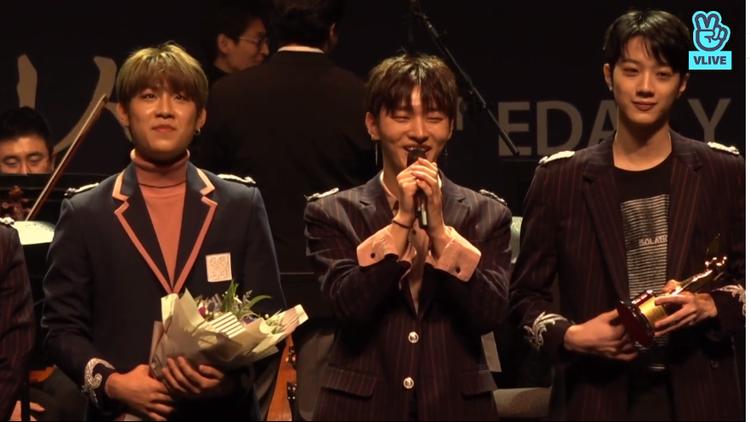 Anh cả Ji Sung xúc động phát biểu