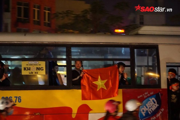 Người đi xe buýt cũng tranh thủ ăn mừng cùng mọi người.