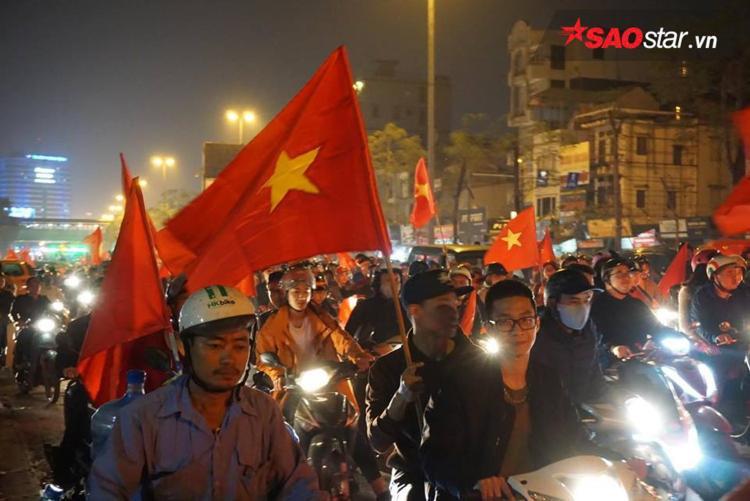 Nhà nhà, người người cầm cờ đỏ sao vàng, ùa ra đường hòa chung không khí vui tươi của cả nước.