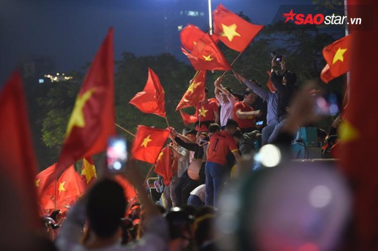 Không còn nghi ngờ gì nữa, trái tim người hâm mộ đang vô cùng tự hào vì màu cờ sắc áo của Tổ quốc.