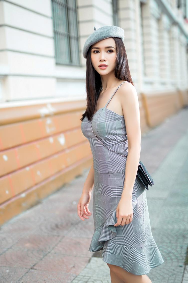 Phong cách nữ tính, ngọt ngào, quyến rũ được chú trọng từ khâu chọn chất liệu cho đến phom dáng. Vũ Ngọc Anh thích mặc những bộ đồ ngắn để khoe lợi thế về hình thể của mình.