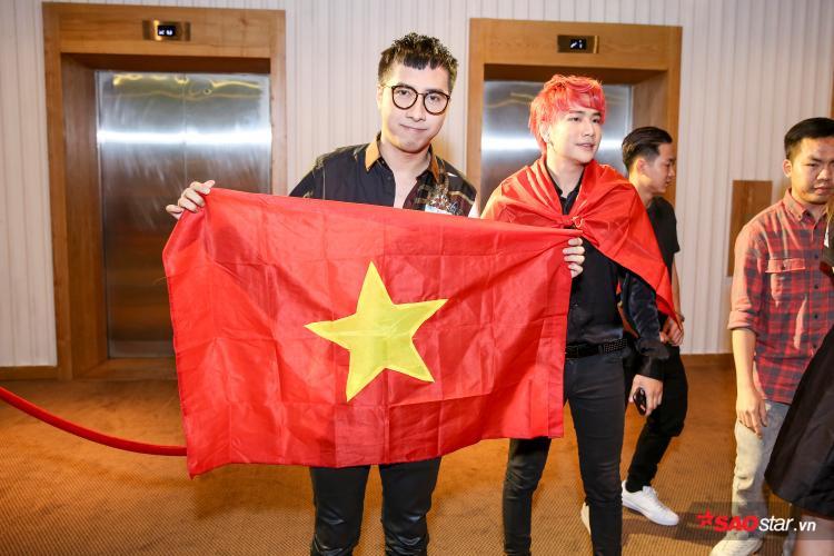 Cả 2 khoác lá cờ tổ quốc để hòa chung niềm vui với U23 Việt Nam.