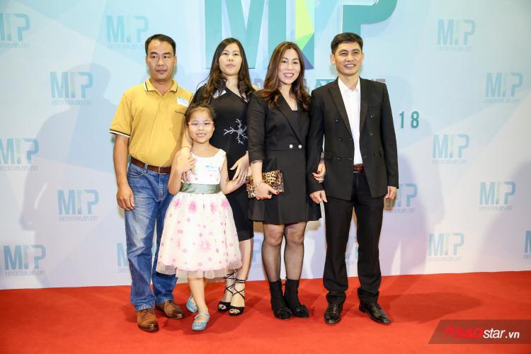 Bố mẹ và người nhà của Sơn Tùng cũng xuất hiện trong buổi party.