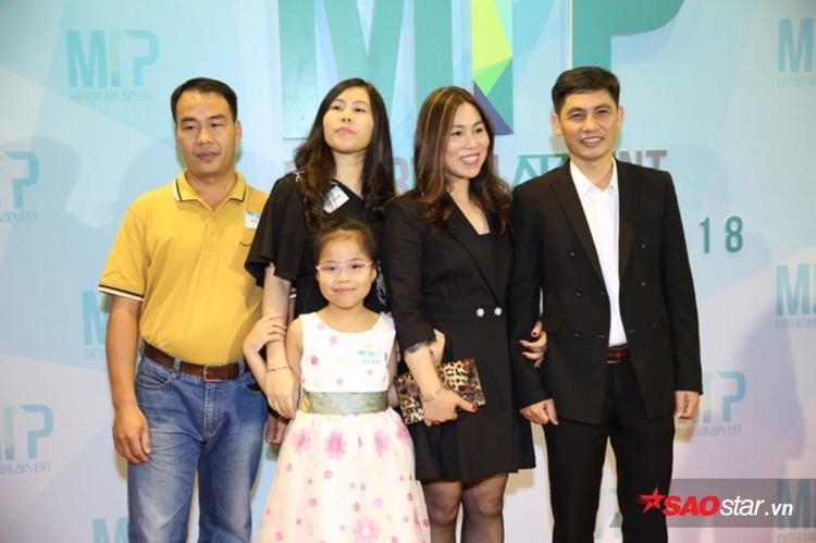 Only C và Lou Hoàng mang cờ Việt Nam mừng chiến thắng U23 trong party của Sơn Tùng