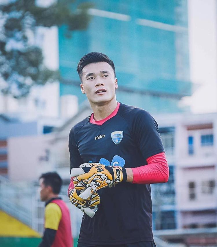 Phát cuồng với U23, Ngô Thanh Vân gọi thủ môn Bùi Tiến Dũng là người hùng, ngỏ ý mời đóng phim