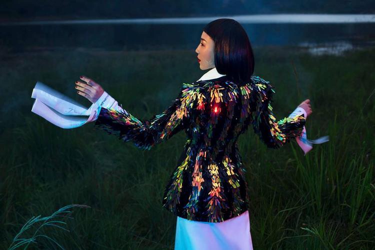 """Cũng trong bộ ảnh thời trang này, Tóc Tiên mặc lại một thiết kế lấp lánh từng được nữ ca sĩ """"vũ điệu cồng chiêng"""" diện trên thảm đỏ MAMA hồi tháng 11 năm ngoái."""