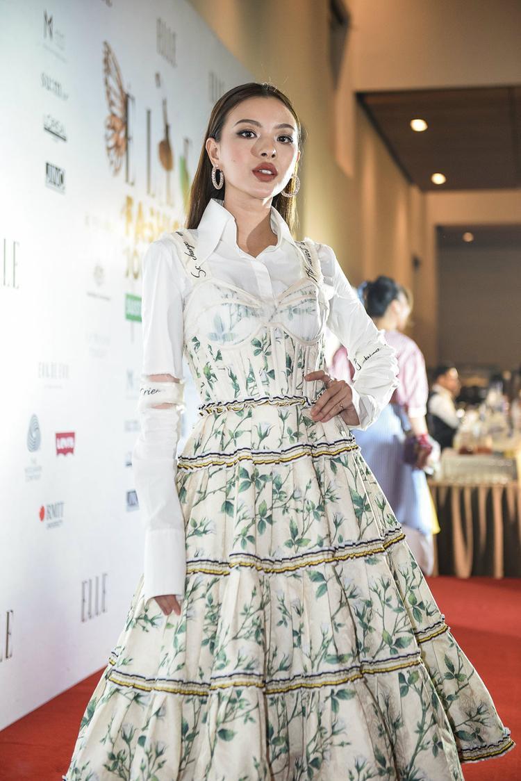 Nếu như Angela Phương Trinh nhẹ nhàng tinh khôi diện váy đơn thuần cùng sandals cao gót thì Tú Hảo lại cá tính, sắc sảo với cách mix đồ thể hiện đúng chất thời trang của mình.