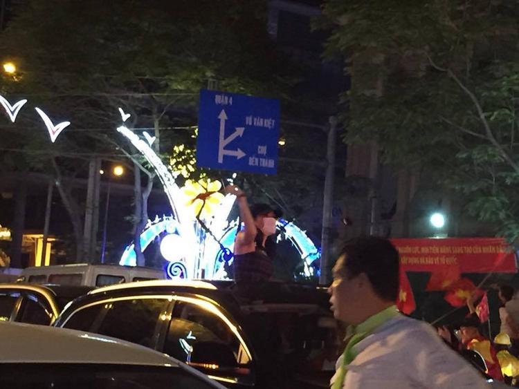 Họa mi tóc nâu xuống phố hòa vào dòng người để chung vui cùng các cổ động viên Việt Nam.
