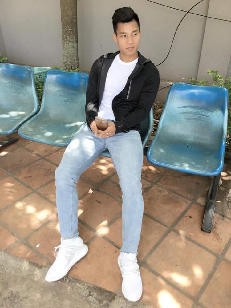 Tuy không quá đẹp trai, nhưng Văn Thanh lại được đánh giá là khá duyên, hiền. Chỉ với outfit đơn giản gồm áo phông, quần jeans và áo khoác, chàng hậu vệ đội tuyển U23 Việt Nam trông phong độ ngời ngời.