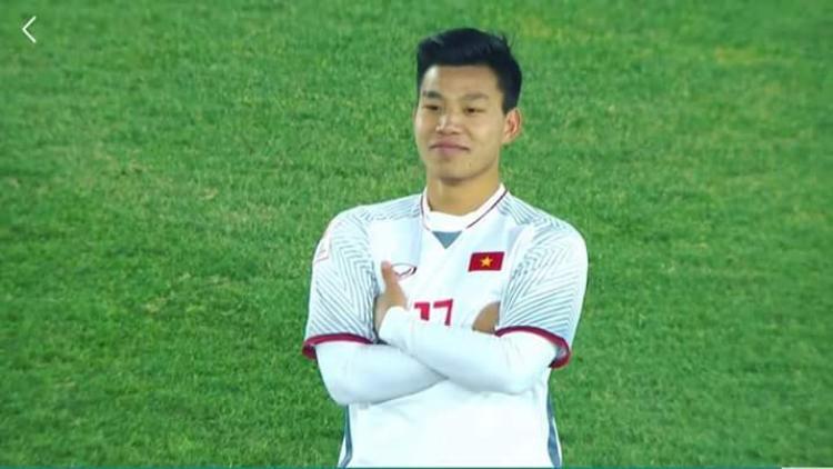Biểu cảm đáng yêu của Văn Thanh khiến người hâm mộ thích thú, sau khi lạnh lùng dứt điểm, anh chàng không cởi áo như hậu vệ Bùi Tiến Dũng mà chỉ khoanh tay đứng im cười hiền chờ đồng đội lao vào ăn mừng chiến thắng.
