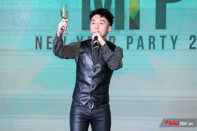 Cùng nâng ly chúc cho Sơn Tùng M-TP và công ty của anh sẽ đạt được những thành công rực rỡ trong năm mới này.