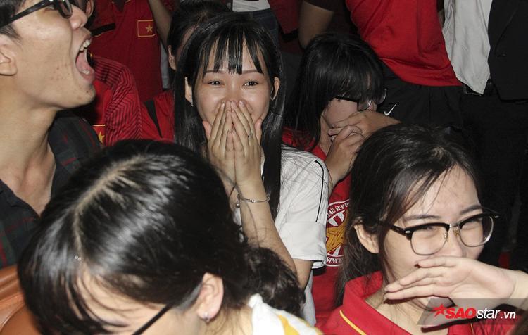 Fan nữ xinh ôm mặt, rưng rưng nước mắt trong giây chút chiến thắng.