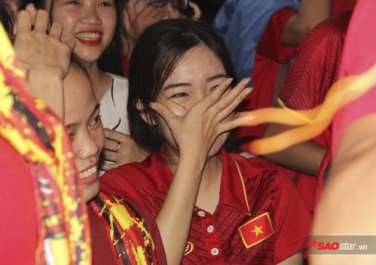 Một CĐV nữ khác lau nước mắt liên tục vì hạnh phúc.