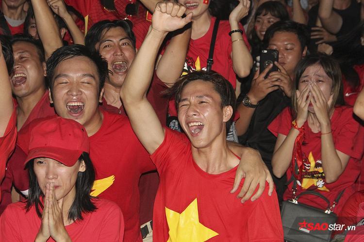 Giây phút Quang Hải ghi bàn gỡ hòa 2-2 ở phút 88 làm cho các CĐV tràn ngập trong hạnh phúc.
