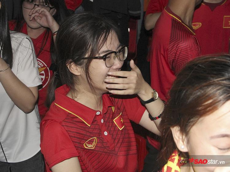 Dù trận đấu đã hết một lúc, cô gái này vẫn không hết khóc.