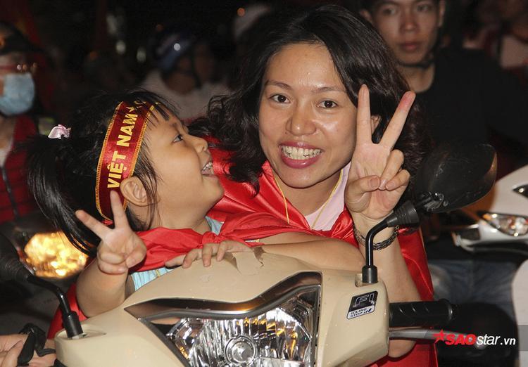 Người đẹp mang xoong chảo xuống đường, đập phá xuyên đêm mừng U23 VN chiến thắng