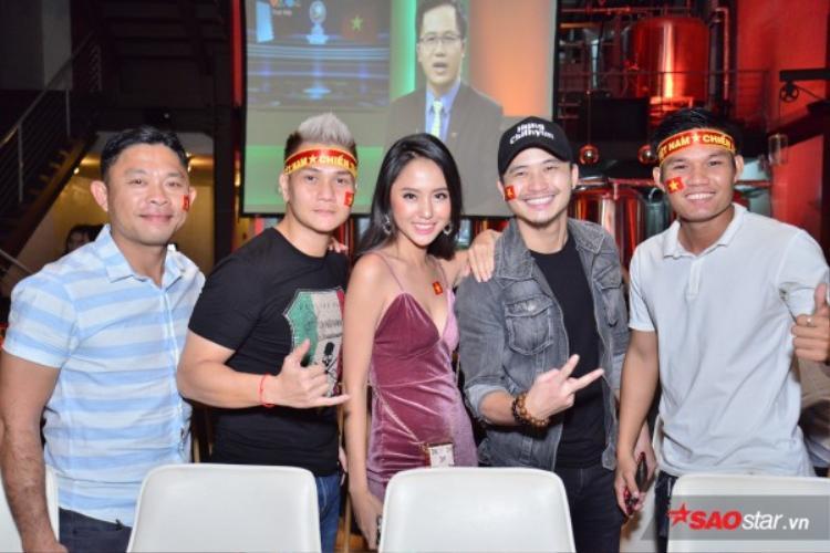 Dàn diễn viên 11 niềm hy vọng ăn mừng chiến thắng của đội tuyển U23 Việt Nam.