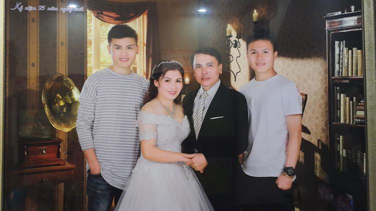 Ảnh Quang Hải chụp cùng gia đình.