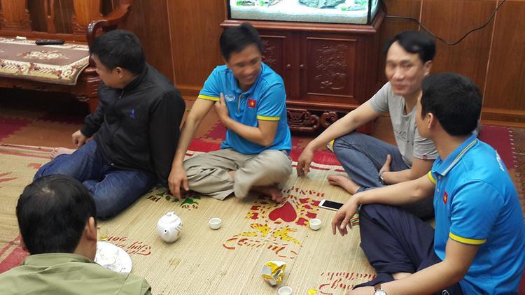 Nhiều người kéo đến nhà Quang Hải cùng xem trận đấu, ai cũng vui vẻ hạnh phúc khi Việt Nam giành vé vào trận chung kết.