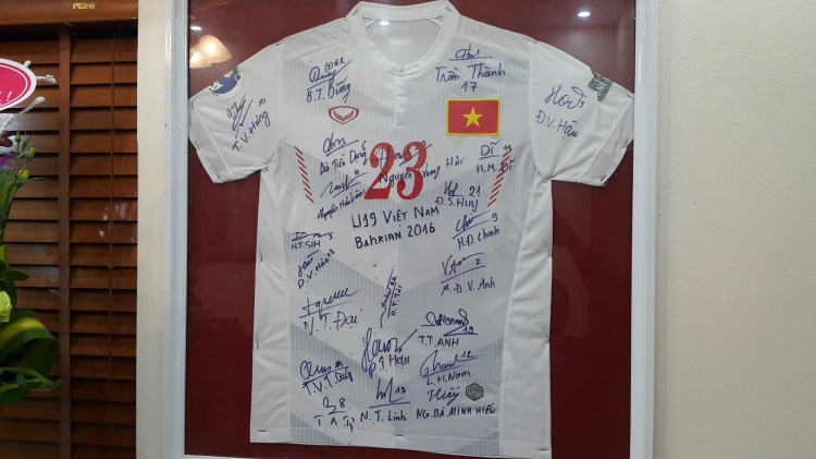 Chiếc áo cùng chữ ký của các đồng đội được gia đình cất cẩn thận, trang trọng trong nhà.