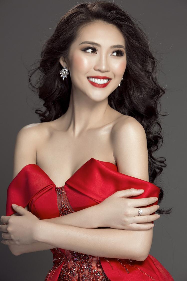 Người đẹp Phú Yên rạng rỡ trong thiết kế tinh tế từ NTK Lê Thanh Hòa.