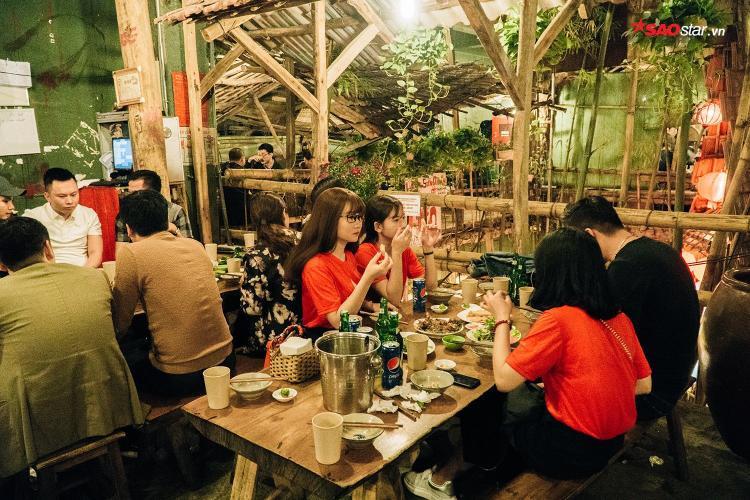 Độ chịu chơi của chủ quán đã thu hút rất đông người hâm mộ bóng đá Việt.