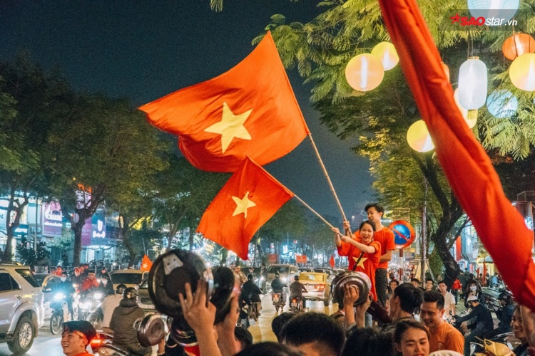 Trong khi đó, tuyến phố Thái Hà thủ đô cũng tắc nghẽn vì màn cổ động có 1-0-2 của nhân viên nhà hàng Lương Sơn Quán ngay sau khi đội tuyển U23 của chúng ta giành chiến thắng.