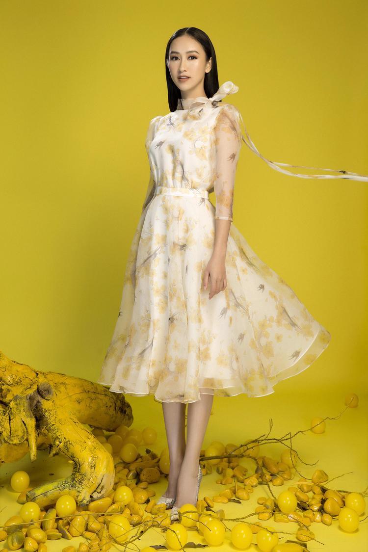 Hà Thu đã khéo léo chọn phong cách trang điểm tự nhiên kết hợp cùng bộ đầm xòe hoa nhẹ nhàng làm nổi bật vẻ đẹp tinh khôi không tì vết của mình.