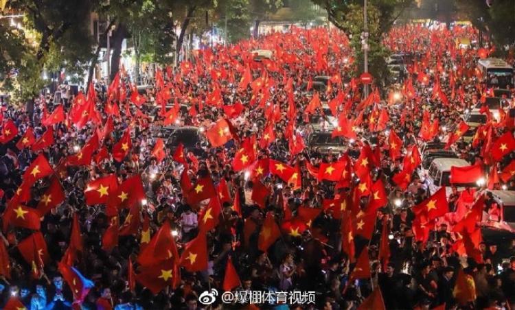 Mạng xã hội Trung Quốc ngập tràn hình ảnh ăn mừng của CĐV Việt Nam