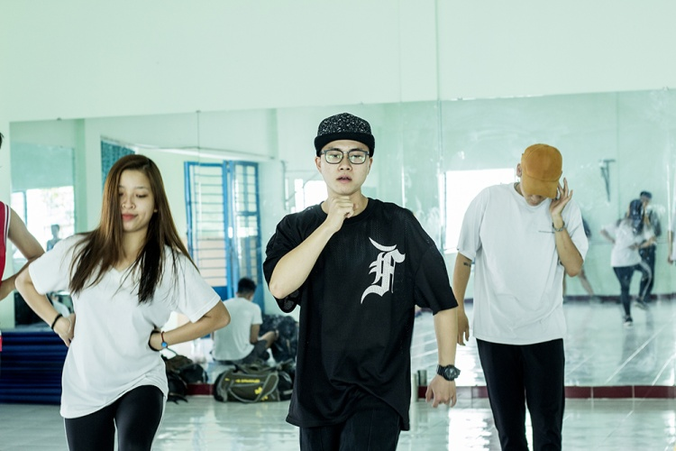 Đây cũng là lần đầu tiên Thiện Hiếu tập luyện vũ đạo bài bản và tự nhận mình lóng ngóng khi các động tác nhảy quá nhanh và khó nhớ.