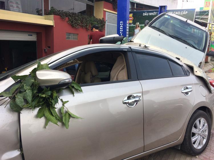 2 ô tô bị hư hỏng nặng