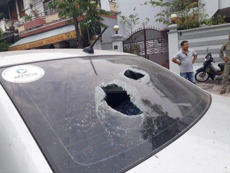 Ô tô bị hư hỏng kính sau xe.