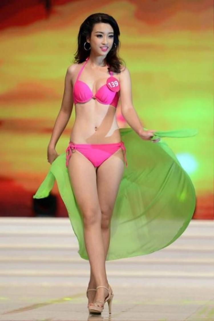 """Trong 3 mỹ nhân, Đỗ Mỹ Linh là người đẹp không theo đuổi phong cách sexy, gợi cảm. Trái lại, Hoa hậu Việt Nam lại hướng tới hình tượng trong sáng, ngọt ngào.Cô nàng cũng là người đẹp đầu tiên được Tiến Dũng """"thả thính"""", trực tiếp bình luận trên mạng xã hội."""