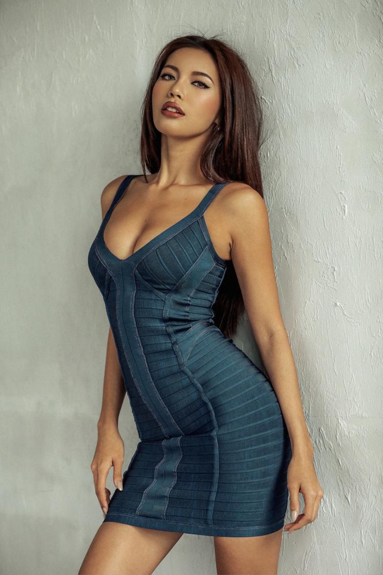 Không nhất thiết phải diện bikini, chỉ mặc váy ôm thôi, Minh Tú đã sexy khó cưỡng.