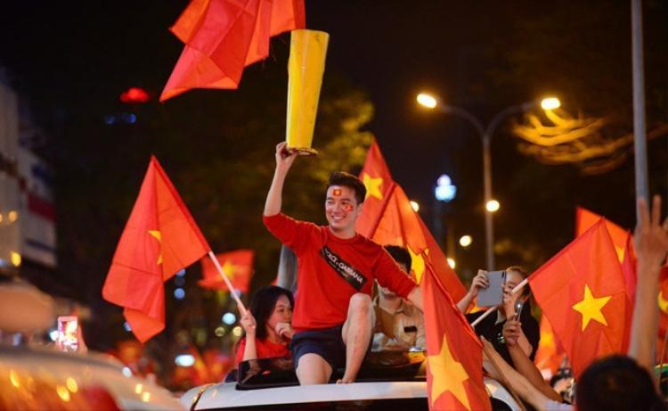 Được biết, Đàm Vĩnh Hưng đang có lịch bận nhưng anh sẵn sàng xuống phố ăn mừng chiến thắng của U23 Việt Nam. Nam ca sĩ đơn giản trong set đồ đến từ Dolce & Gabbana với tông màu đỏ xanh cơ bản.