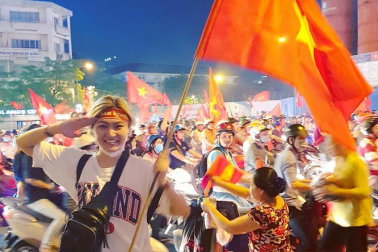Vicky Nhung vẫn trung thành với style unisex cá tính của mình.