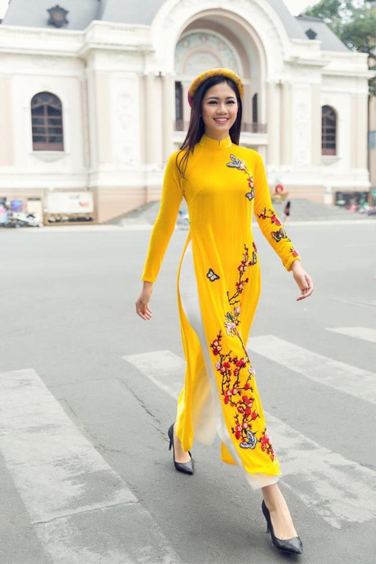 Trong những ngày tết đến, xuân về nàng á hậu tạm gác lại muôn vàn váy áo hiện đại để chọn cho mình tà áo dài truyền thống để du xuân.