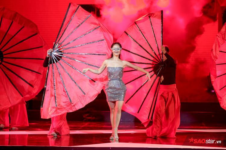 Cực đáng yêu: Diva Hồng Nhung xin lỗi 'cháu Sơn Tùng' vì không thuộc lời 'Lạc trôi'