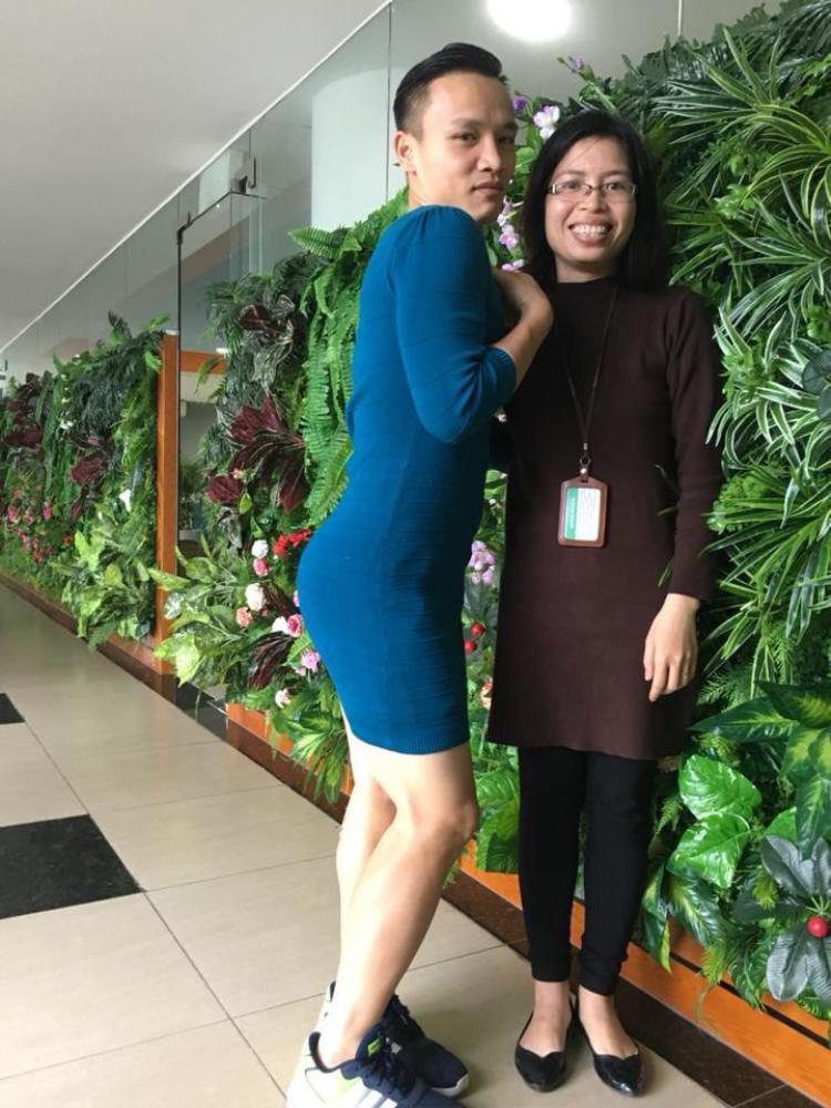 Việt Nam nói là làm  thanh niên mượn váy của vợ mặc đi làm sau trận thắng của tuyển U23