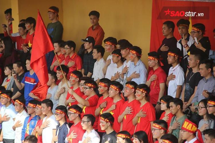 Hàng nghìn CĐV cùng hát Quốc ca trong lúc Văn Thanh và các đồng đội mừng chiến thắng. Ảnh: Thế Việt.