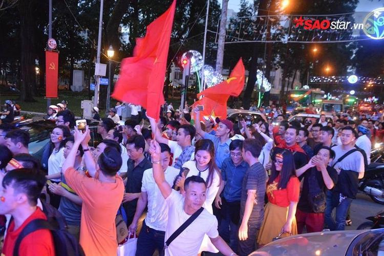 Dòng người tuần hành quanh nhà văn hóa Thanh Niên (Sài Gòn). Ảnh: Lâm Hoàng.