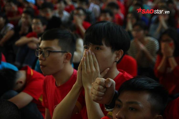 Giọt nước mắt lăn dài vì xúc động. Ảnh: Định Nguyễn.