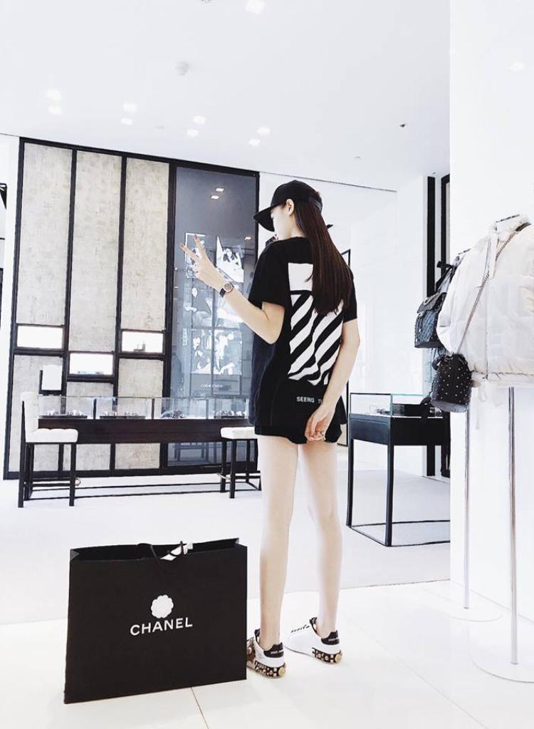 Tính ra thì Duyên sở hữu một bộ sưu tập áo thun đen khá đồ sộ. Phụ kiện yêu thích khác của cô nàng chính là những chiếc mũ lưỡi trai làm nên phong cách menswear.