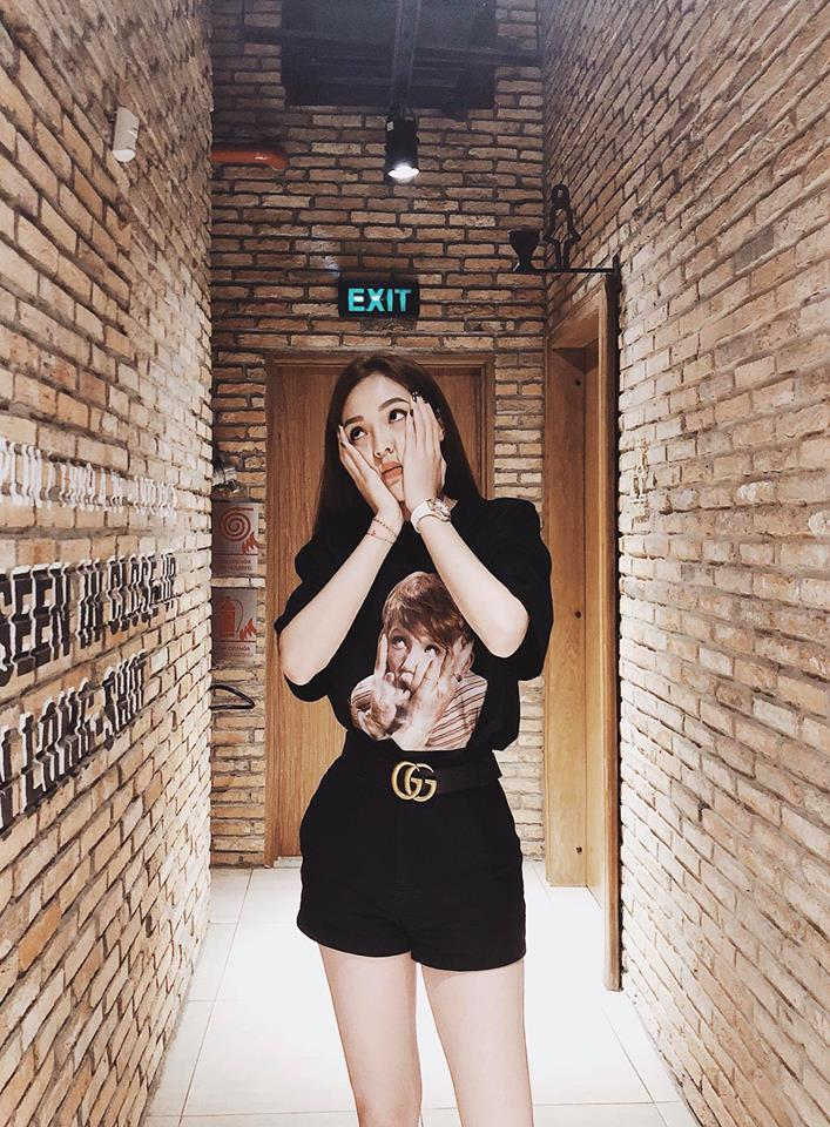 Và street style của người đẹp hiện giờ chỉ trung thành với mỗi kiểu áo thun đen có hình ngộ nghĩnh. Thương hiệu yêu thích của nàng hậu sành điệu hiện giờ là Gucci.
