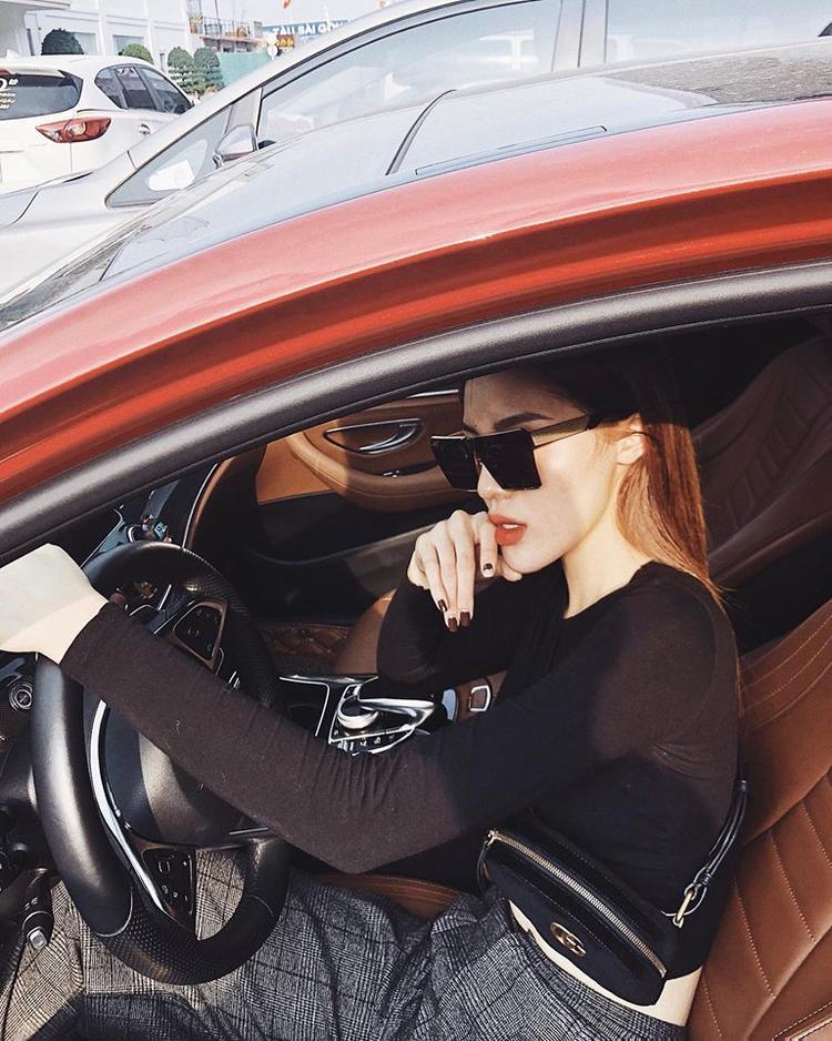 Trong bức ảnh mới nhất, Kỳ Duyên diện áo crop top đen và quần kẻ ca rô xám lái xe cực ngầu.