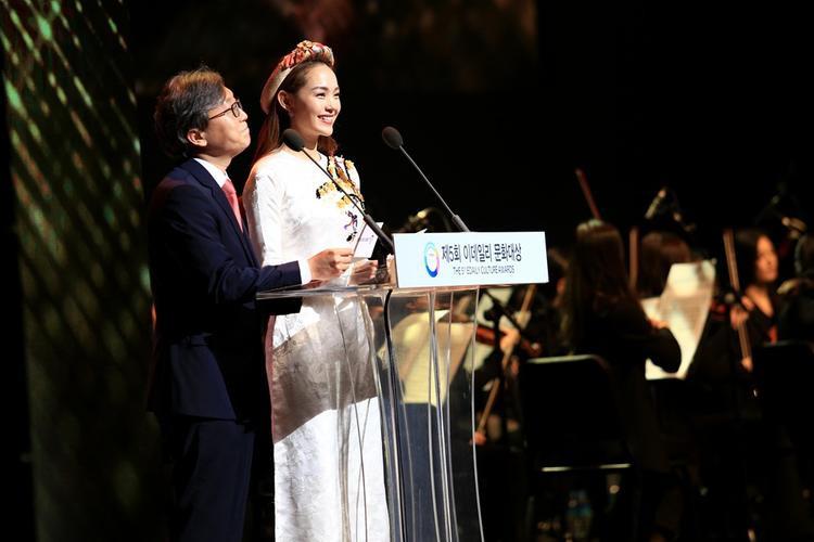 Minh Hằng rạng rỡ trên sân khấu.