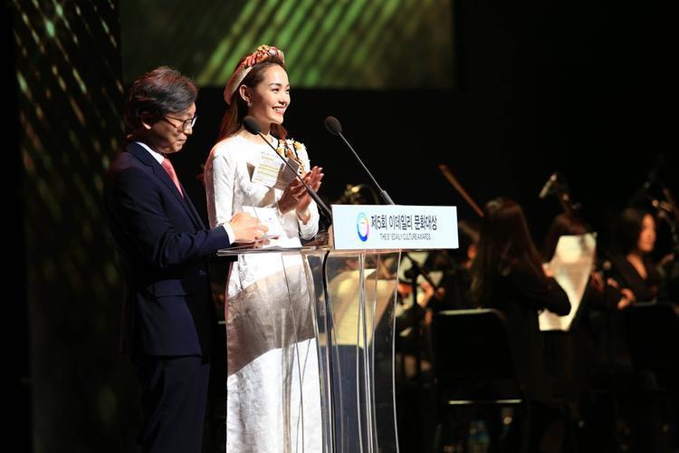 Nữ ca sĩ xinh đẹp tự tin nói tiếng Hàn trong phần trao giải của mình.