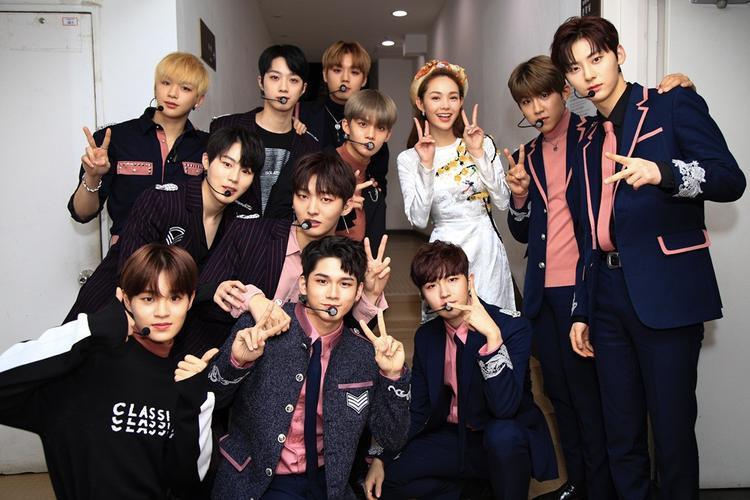 Minh Hằng nền nã trong tà áo dài truyền thống, xinh đẹp bên cạnh dàn mỹ nam Wanna One